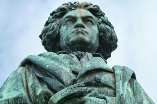 Ernst Julius Hähnel, Beethoven-Denkmal am Bonner Münsterplatz. Foto: Fralac,  Quelle: Wikimedia Commons, Lizenz: CC BY-SA 3.0
