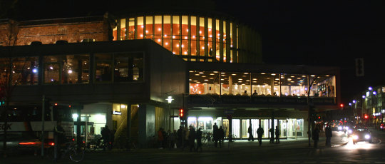 Theater Münster bei Nacht. Foto: Rüdiger Wölk. Lizenz: CC BY-SA 2.0 DE. Quelle: https://commons.wikimedia.org/wiki/File:MuensterStadttheater2399.jpg