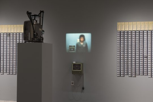 Doing Time. Installationsansicht. Tehching Hsieh, Time Clock Piece (1980/81). Foto: © Hugo Glendinning. Artwork: © Tehching Hsieh. Courtesy of the artist and Sean Kelly Gallery
