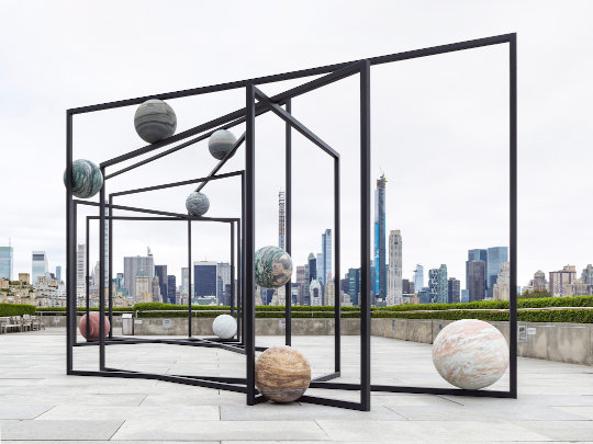 Alicja Kwade. The Roof Garden Commission: Alicja Kwade, ParaPivot. Ausstellungsansicht, The Metropolitan Museum of Art, 2019. Courtesy of the artist; 303 Gallery, New York; KÖNIG GALERIE, Berlin/London; and kamel mennour, Paris/London. Foto: The Metropolitan Museum of Art, Fotografie von Roman März